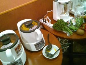 もちろんオーブンだけではなく、スープメーカーや真空ミキサーなどの気になる家電も登場しました。野菜のおいしさに、野菜嫌いからも「お代わり!」の声