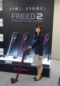 シャープのスティック型のコードレスサイクロン掃除機「FREED 2 EC-SX310」