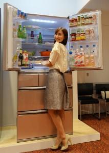 三菱電機「置けるスマート大容量」シリーズの新製品。写真はガラス材ドアのWXシリーズ「MR-WX71Z」