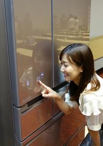 タッチパネルのガラス材ドアのデザインも美しい!置いているだけで高級感があるキッチンになりそうですね