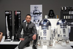 ハイアールアジアの代表取締役社長 兼 CEOの伊藤嘉明氏と、動くR2-D2冷蔵庫のツーショット!問答無用で欲しくなりますね!