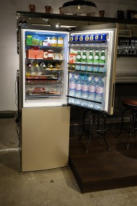 容量340Lの2ドア冷凍冷蔵庫「ミラネーゼ・ゴールド・アパッショナート」。冷蔵庫にはワインラックがあり、デザインもオシャレ