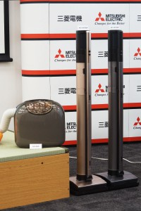 三菱電機の布団乾燥機「AD-X80」(左)とコードレススティッククリーナー「HC-VXF30P」(中)「HC-VXF20P」(右)